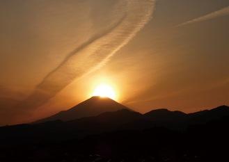 富士山の山頂近くに沈んでいく太陽(東田原/3月18日撮影)