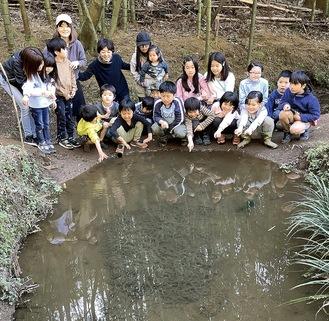 カエルの卵を観察する子どもたちと保護者