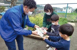 種を受け取る園児ら