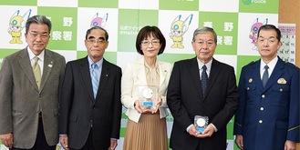 左から表彰されたRCの玉木茂さん、安江惠さん、栗原会長、岩田さん、右端は井原署長