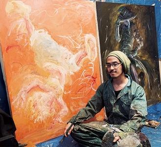 アトリエで描いた絵を見せてくれた成田さん