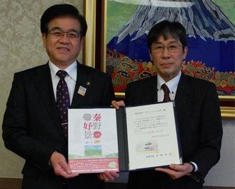 高橋市長(左)にぬりえを寄贈