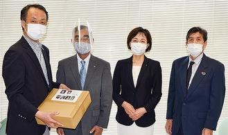 1000枚を寄贈 左から関野会長、安江さん、栗原会長、大塚さん