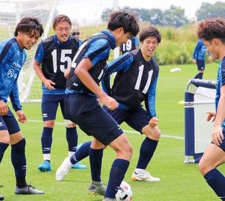 ミニゲームでボールを追いかける選手たち(提供写真)