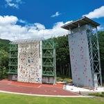 山岳スポーツセンターに整備されたリードウォール(左)とスピードウォール(右)