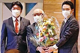 支部長を勇退した久保寺氏(中央)を囲む神倉(右)・加藤(左)両県議