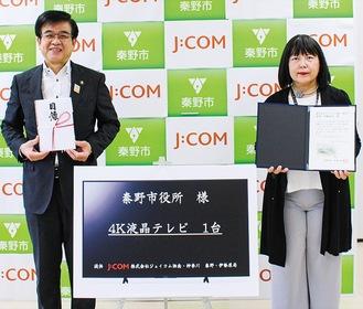 矢端局長(右)から寄贈を受けた高橋昌和秦野市長(左)