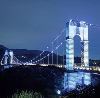 青く照らし出された風の吊り橋=8月22日