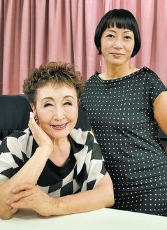 加藤登紀子さんとYaeさん(公演後、タウンニュースホール控室で)