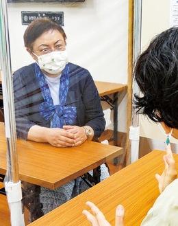 相談を受ける川嶋さん(左)