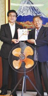 望月豊光さん(右)から高橋昌和市長に目録が手渡された。中央が寄付された工業扇風機