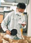 農家から持ち寄られた米を検査する職員。「粒ぞろい」や「色つや」「充実度」などが検査され、等級がつけられる。