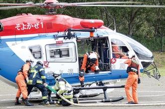 ヘリに給水する秦野市消防署の署員。その後、ヘリから散水し消火訓練を行った(AR動画有効期限:2020年10月16日)
