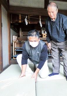 畳を奉納する渡辺さん親子