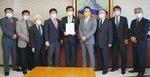 市長へ要望書を手渡した神倉県議(中央)ら