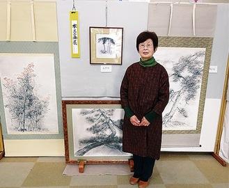 展示中の作品と吉岡さん