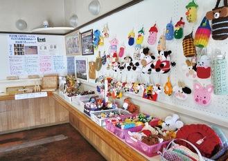 手編みの小物や木工製品のおもちゃ、切り絵などが並ぶ