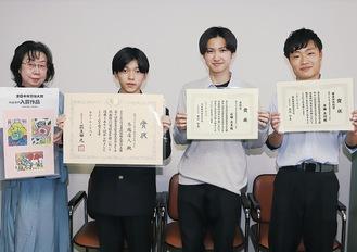 右から寺田さん、石田さん、馬越さんと上原教諭