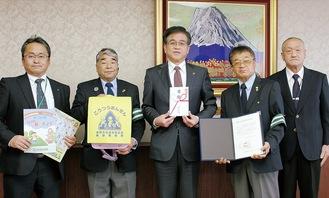 古谷会長(右から2番目)らが市長室を訪れて寄贈した