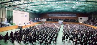 昨年入学した新2年生と今年度の入学生合わせて約8,000人が参加した入学式。密を避けるため、2会場に分かれ計6回の入学式が行われた