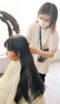 美容室で3年間伸ばした髪を切る陽香さん