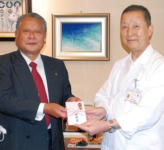 田中院長に寄付を手渡す矢野さん(左)