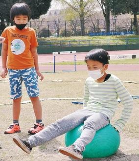 女子グループの考えた障害物競技で遊ぶ男子