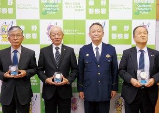 左から飯田さん、青木さん、竹田署長、尹副組合長