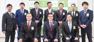 前列右から坂倉会長、高橋市長、秦野JCの栁川理事長。後列は神奈川ブロック協議会のメンバーら