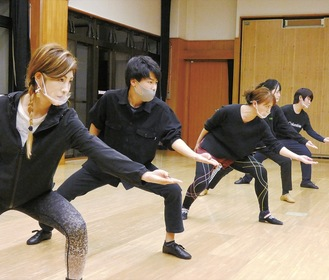 公演に向けて練習を行うメンバーら(4月7日上公民館)