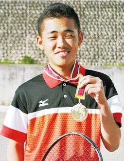 メダルを手に笑顔の高橋さん