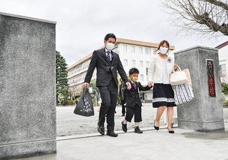 入学式後に歴史の門をくぐる親子