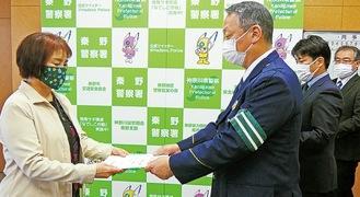 委嘱状を受け取る中尾会長(左)