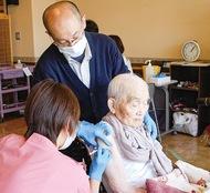 松寿苑で100人が初接種