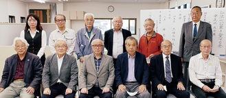 愛する会の会員ら。前列左から2番目が樺島代表