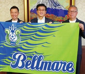 高橋市長を囲む古川さん(左)と間宮さん(右)