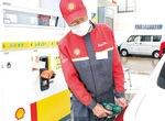 給油作業中のスタッフ
