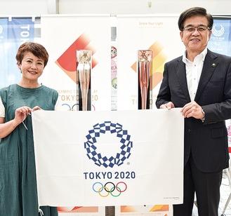 市長を訪問した小山田さん(左)