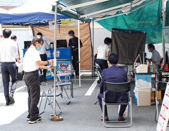 献血に並ぶ職員ら(15日本店で)
