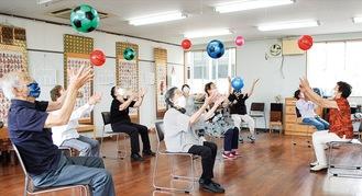チェリーの活動。皆楽しそうにボールで運動。
