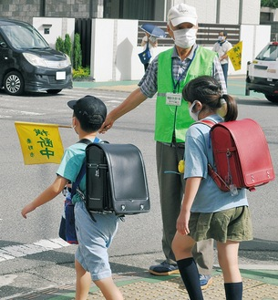 毎朝8時に横断歩道で子どもたちを見守る