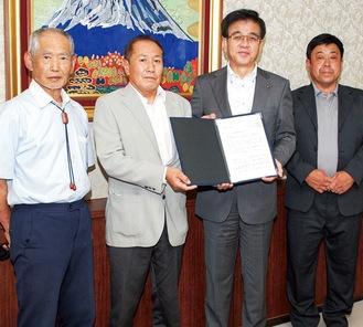 高橋市長(右から2番目)に要望書を手渡した