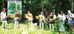 ヤマユリの前で行われたオカリナとハーモニカの演奏