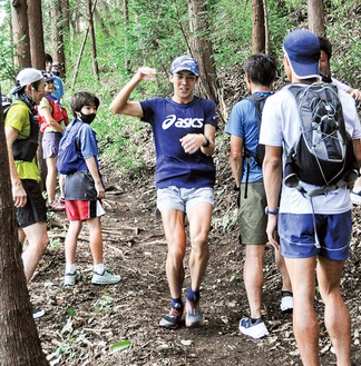 無言で参道を駆け抜けるランナーがいかに怖いかを登山客役で体感する参加者