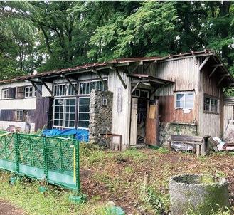 老朽化が著しい建屋。市民有志が周囲の草刈りなどを行った