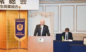 総会で新理事長の挨拶をする川口さん