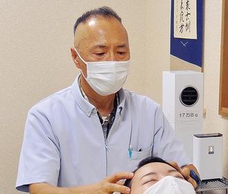気持ち良いと評判のヘッドマッサージをする和田さん