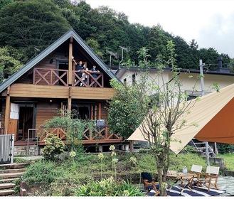 ログハウスの移住お試し住宅。手前の庭も利用できる