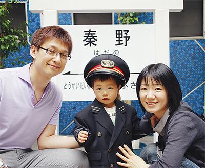 駅長の制服で記念撮影