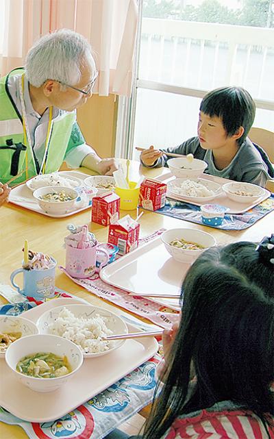 広畑小で児童と給食